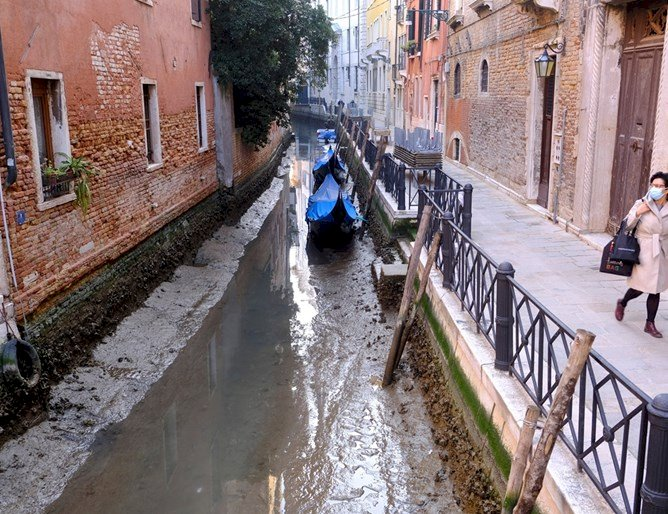 Пресъхнаха каналите във Венеция (Снимки)