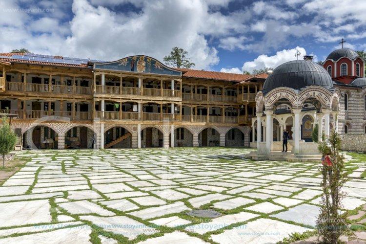 Стотици поклонници се редят на опашка, за да се докоснат до живата вода в Гигинския манастир, която лекува 20 болести