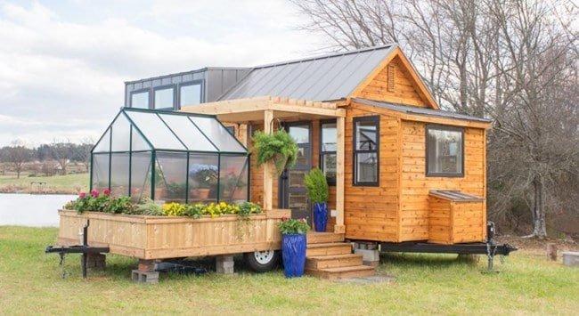 Къща на колела само от 30 кв. м с вградена оранжерия трогна социалните мрежи (ВИДЕО)